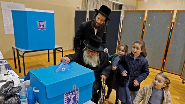 Abuelo, padre e hijas: las elecciones también pueden convertirse en una actividad familiar