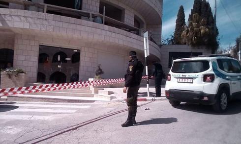 La policía palestina cierra el área alrededor del Hotel Angel en Beit Jala, ante la sospecha de coronavirus