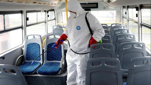 Proceso de desinfección de autobús en el norte de Israel