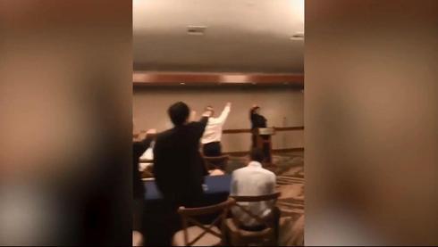 Momento en que alumnos de la preparatoria de California hacen el saludo nazi