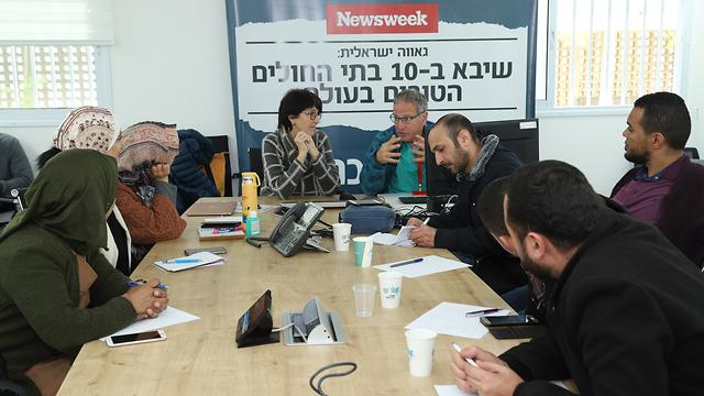 Médicos palestinos se ponen al día sobre el coronavirus en hospital israelí