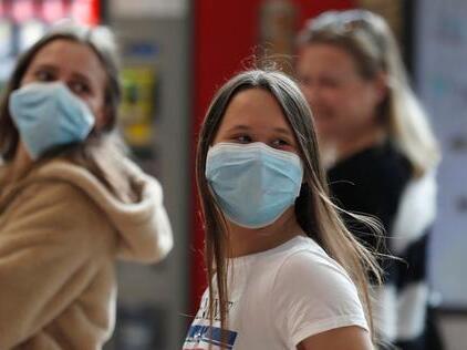 Mujeres con máscaras de protección en el aeropuerto Ben Gurión
