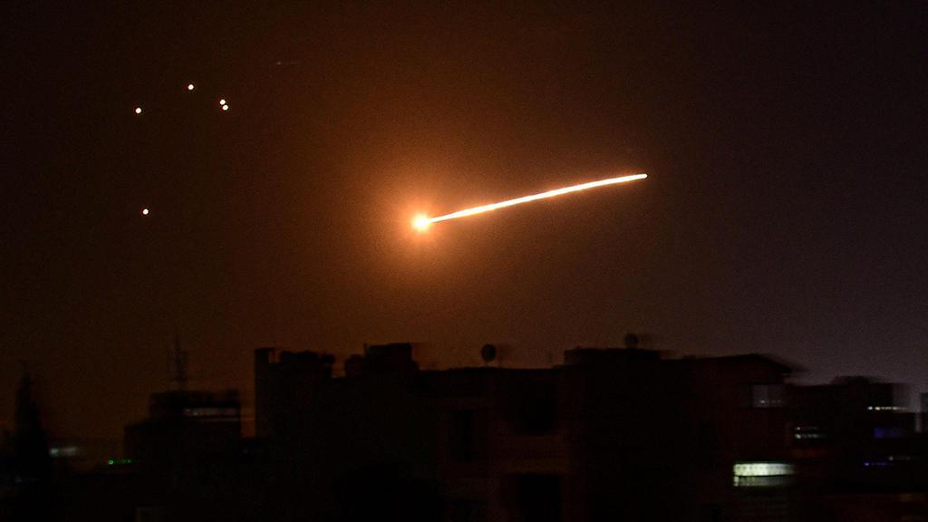 Lanzamiento de un cohete sirio contra aviones durante un ataque. Israel también ataca instalaciones del ejército sirio