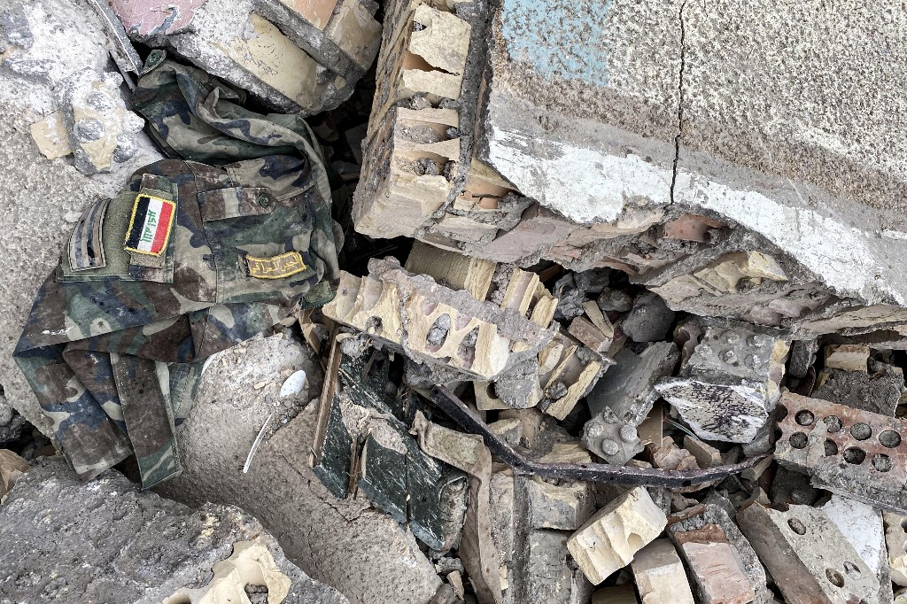 Un uniforme del ejército iraquí entre los escombros provocados por el ataque estadounidense
