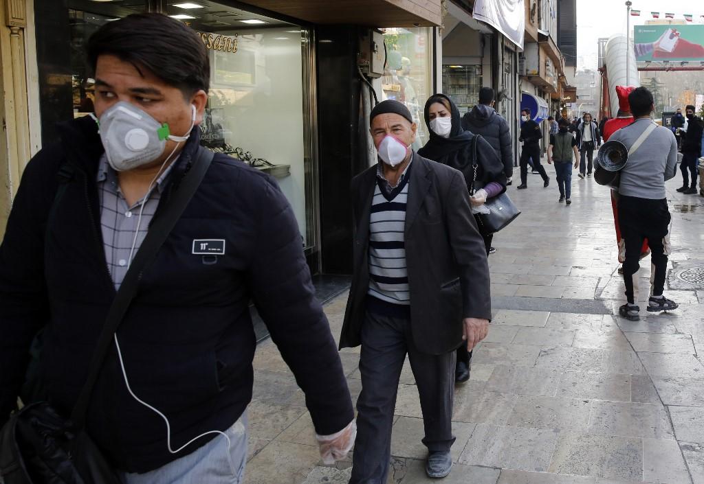 Gente con barbijos en la capital iraní
