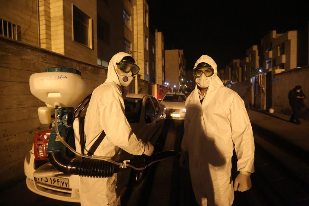 Bomberos iraníes desinfectan las calles de Tehrán