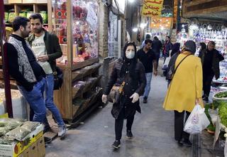 Gente con barbijos en un mercado de Teherán