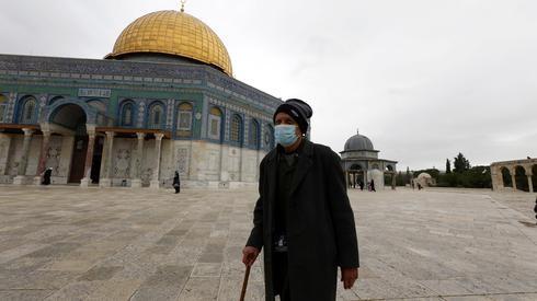 Palestino con barbijo en Al-Aqsa