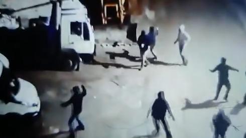 Perpetradores enmascarados destrozan vehículos.