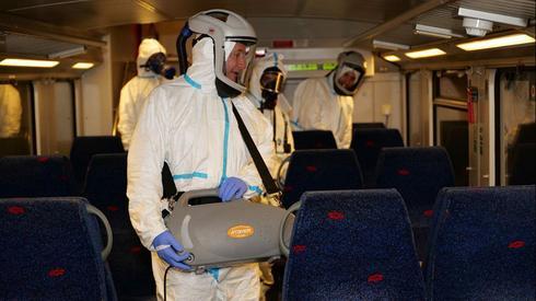 Trabajadores de la salud desinfectan un tren de Israel Railways