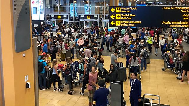 Una multitud ayer en el aeropuerto de Lima tras el anuncio del cierre de fronteras a partir del martes