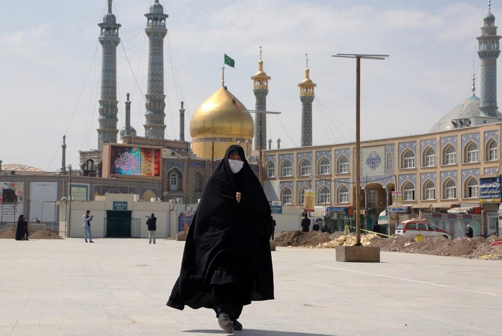 Los iraníes usan barbijos para protegerse del coronavirus