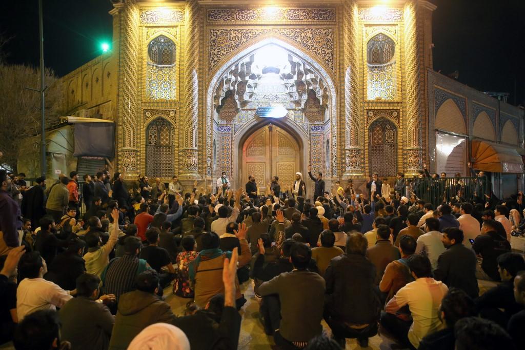 Una muchedumbre reza en el exterior del templo Fatima de Masumeh en Qom