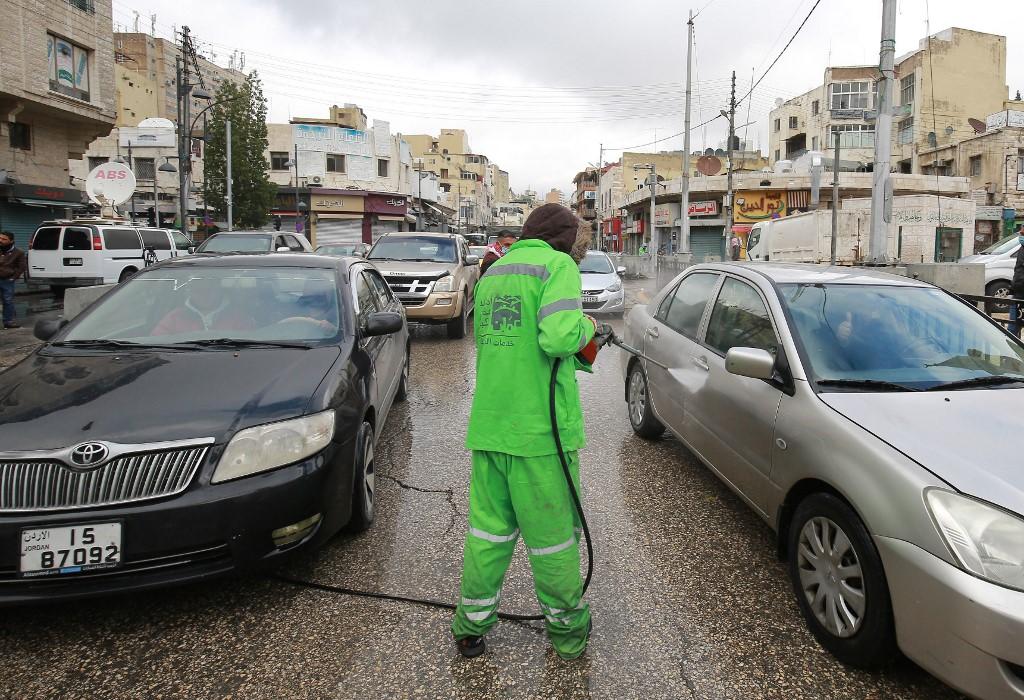 La municipalidad de Amman desinfecta los autos que ingresan a la ciudad