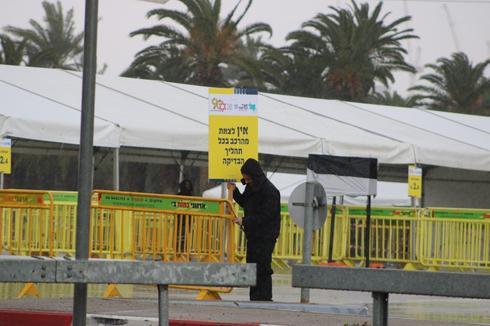 Un sitio de prueba de coronavirus establecido en un estacionamiento de Tel Aviv