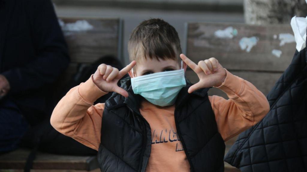 Un niño en Tel Aviv con una mascarilla de protección