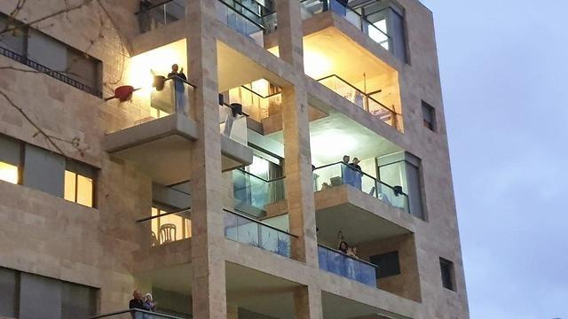 Aplausos desde los balcones para los equipos de salud israelíes