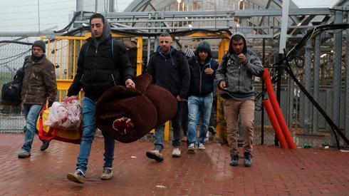 Los trabajadores palestinos cruzan a Israel antes de una estadía prolongada