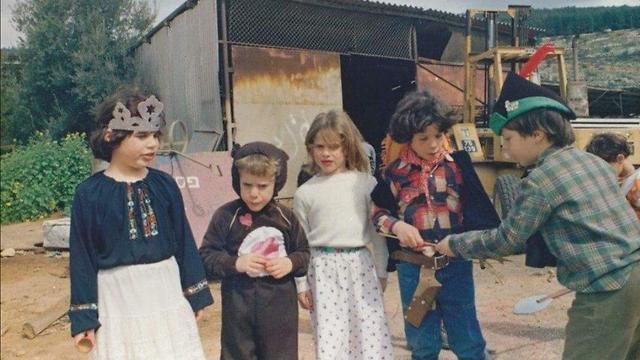 Avner Shabetai (segundo de la izquierda de niño)