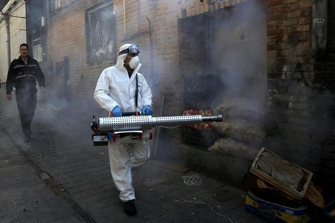 Operativo de desinfección en las calles de Teherán