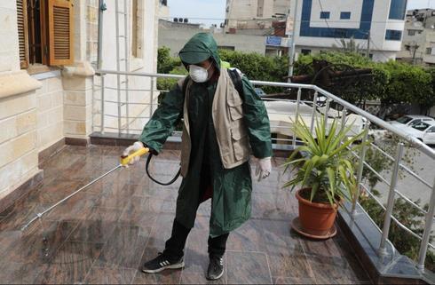 Operativo de desinfección en un edificio de Gaza.