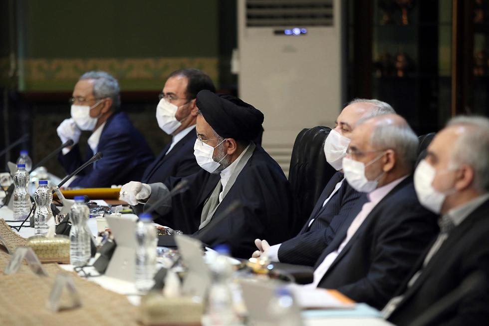 Reunión del gobierno iraní en plena crisis del coronavirus.