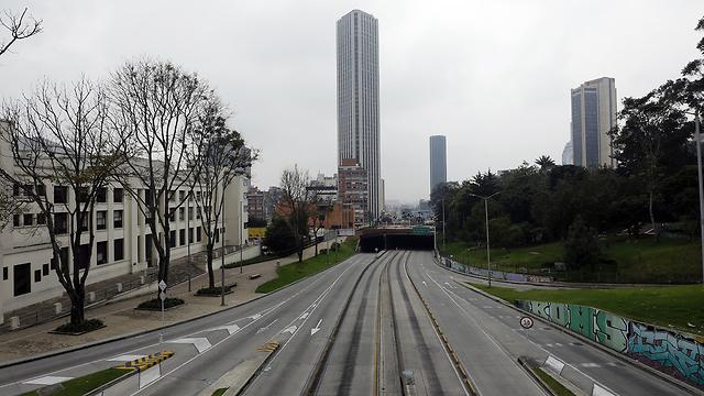 Ni un solo vehículo circula por las calles de Bogotá.