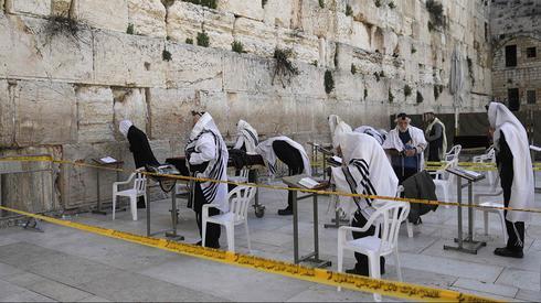 Oraciones en el Muro de los Lamentos, a dos metros de distancia.
