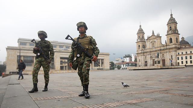 Soldados patrullan las calles de Bogotá.