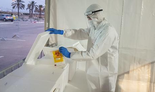 Personal médico en un centro para pruebas de coronavirus.
