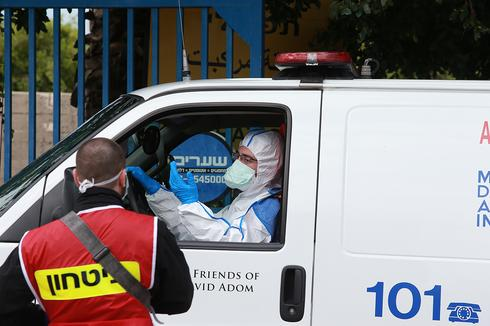 Personal médico con equipo de protección fuera del Hospital Wolfson