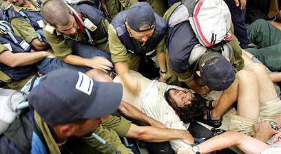 Colonos y soldados se enfrentan durante la retirada israelí de Gaza en 2005.