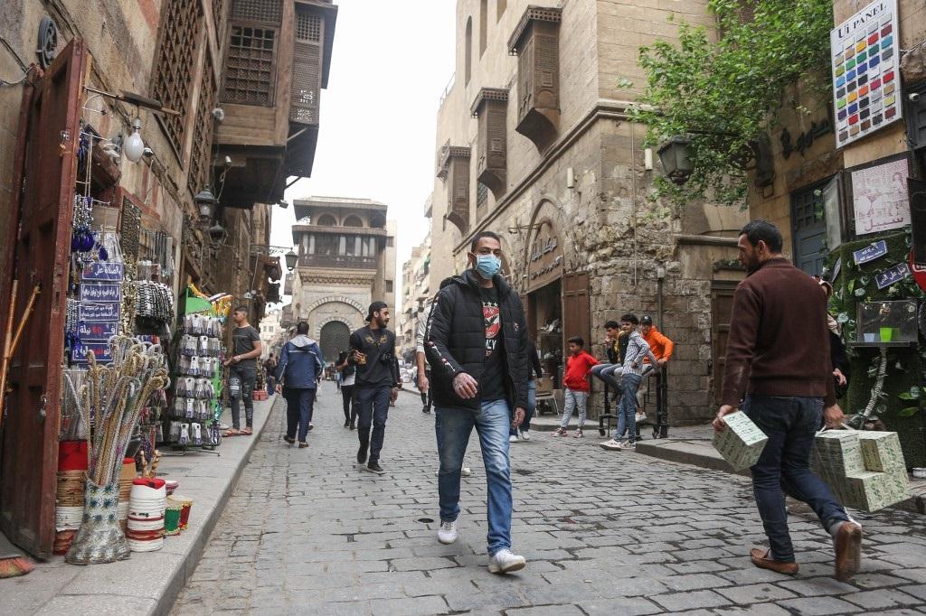 La gente se protege con barbijos en las calles de Egipto.