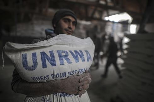 Ciudadanos reciben ayuda humanitaria de la Agencia de Naciones Unidas para los Refugiados de Palestina en Oriente Próximo (UNRWA, por sus siglas en inglés).
