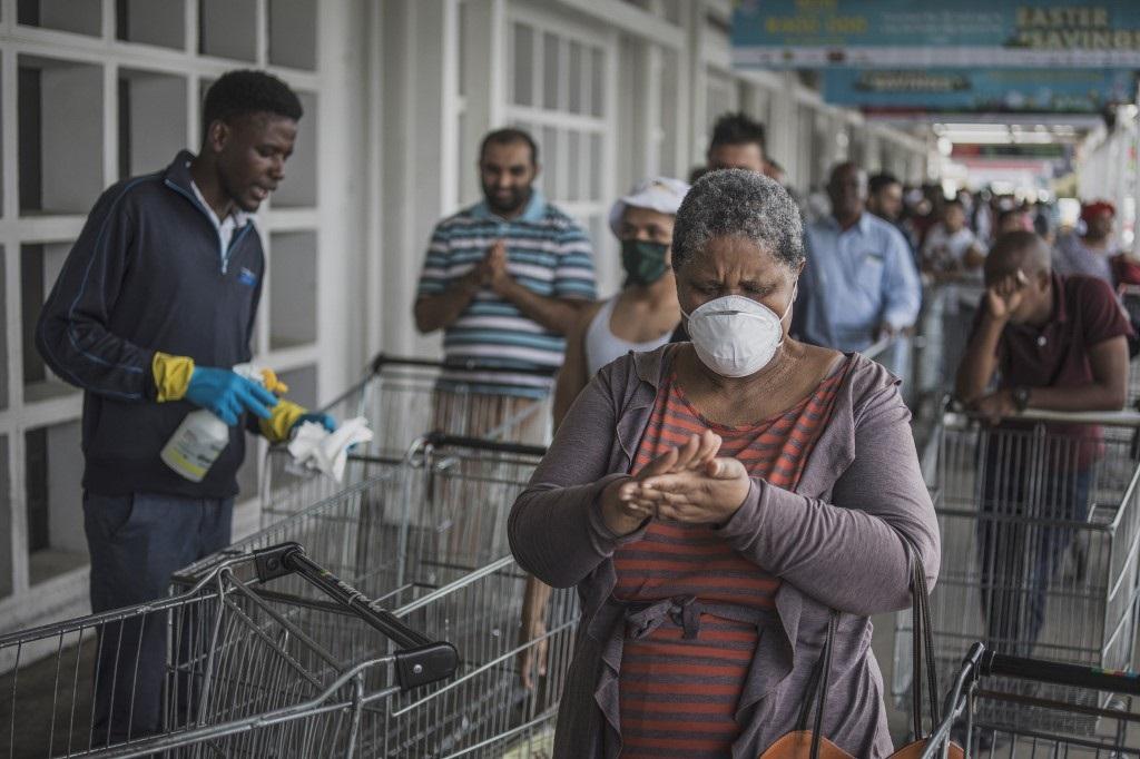 Largas colas para ingresar al supermercado en Sudáfrica.