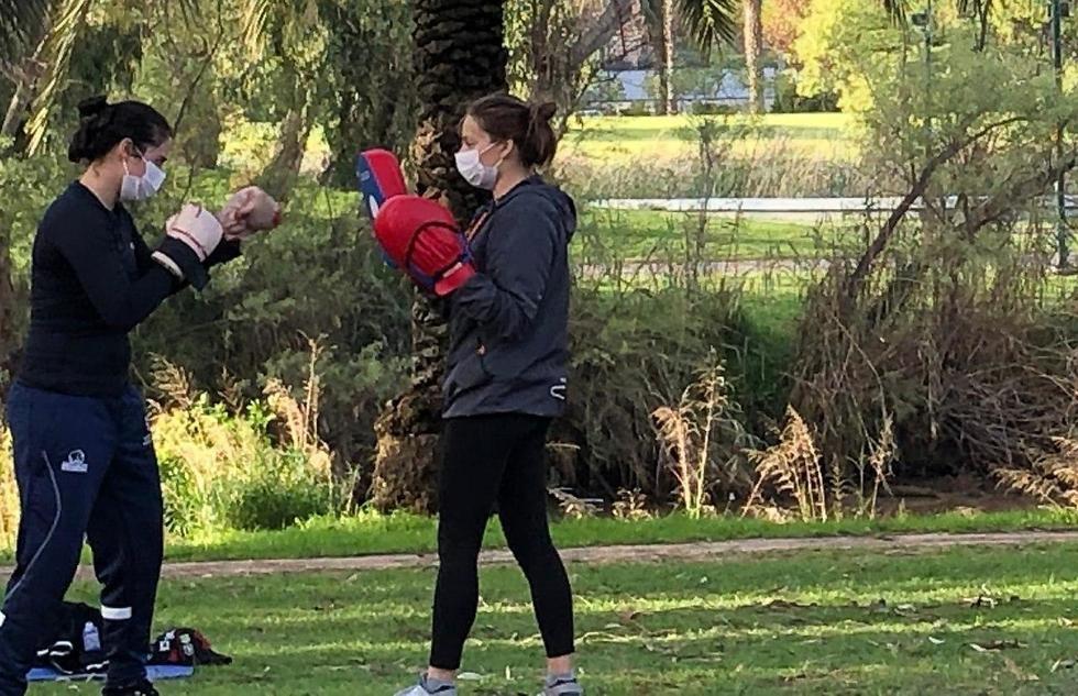 Israelíes con máscaras contra el coronavirus en el Parque Yarkon en Tel Aviv.