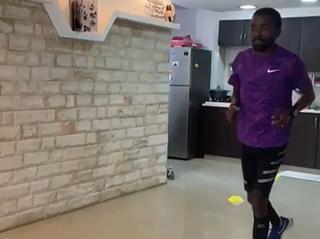 Fanta corriendo la maratón en el living de su casa.