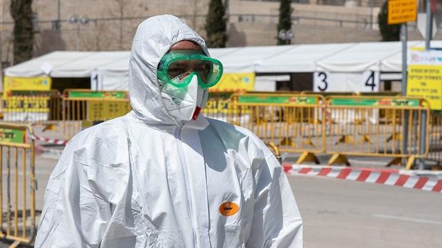 Personal médico en estación de testeo en Jerusalem.