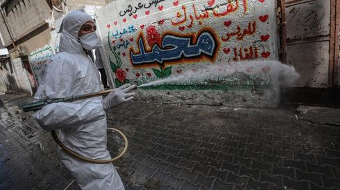 Operativo de desinfección en las calles de Gaza.