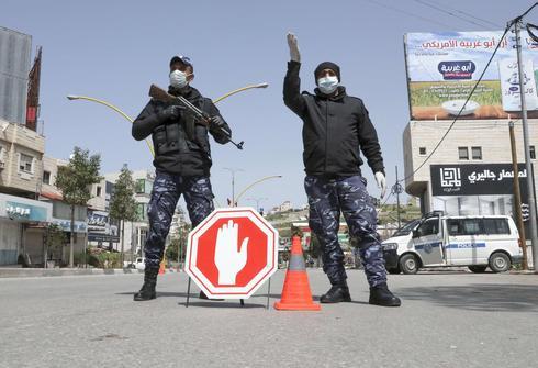 Fuerzas de seguridad palesetina controlan la entrada a principal a Hebrón.