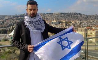 Hadad posa con la bandera que siempre defendió.