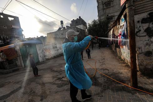 Desinfección en las calles del campo de refugiados de Al Nusairat, Gaza.