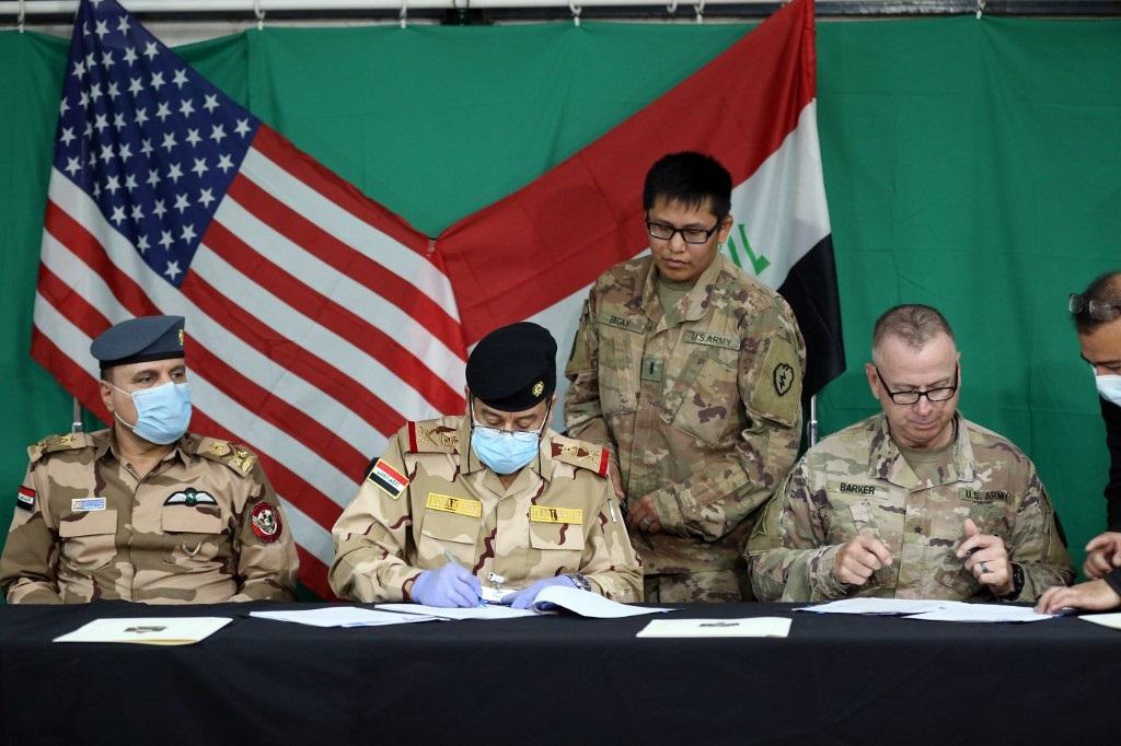 Los jefes militares de Irak y de Estados Unidos firman la retirada de las tropas estadounidenses.