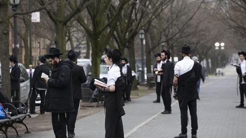 Judíos ortodoxos en Brooklyn mantienen el distanciamiento social.