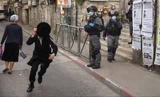 Niño ortodoxo escapa de la policía.