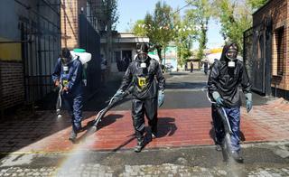 Bomberos desinfectan las calles de Teherán.