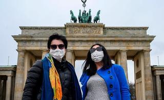 Personas con barbijos en Berlín. La lucha contra el coronavirus es global.