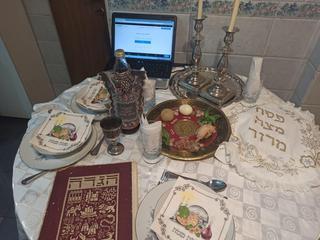 La mesa lista y la computadora preparada para la videollamada, una postal repetida de los israelíes en Sudamérica.