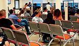 Israelíes esperan en la oficina del servicio de empleo