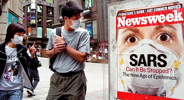 Gente en las calles de Honk Kong durante el brote de SARS en 2003.